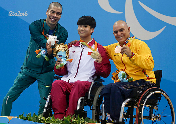 2016 Rio Paralympics - Swimming - Men's 100m Breaststroke - SB4 - Aquatic Stadium - Rio de Janeiro, Brazil - 11/09/2016. Daniel Dias of Brasil, Junsheng Li of China and Moises Fuentes Garcia react REUTERS/Pilar Olivares NO SALES. FOR EDITORIAL USE ONLY. NOT FOR SALE FOR MARKETING OR ADVERTISING CAMPAIGNS. ORG XMIT: DOM355
