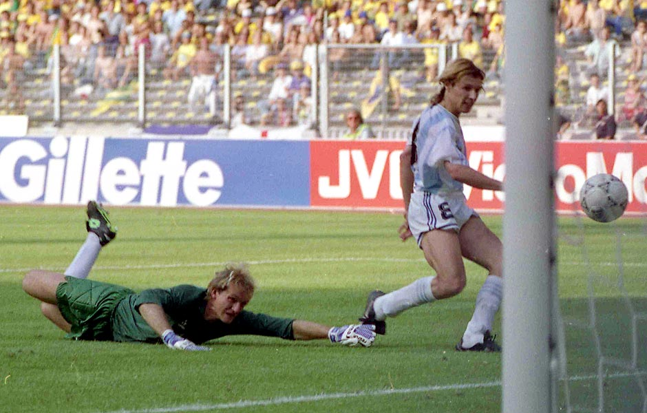 Futebol - Copa do Mundo, 1990: o jogador Claudio Caniggia, da seleção da Argentina, faz gol em Taffarel, da seleção brasileira, na derrota do Brasil por 1 a 0, nas oitavas de final da Copa do Mundo, 1990, em Turim (Itália). *** FILE - In this June 24, 1990 file photo, Argentina's Claudio Caniggia, right, scores, as the Brazilian goalkeeper Claudio Taffarel watches helplessly, during the World Cup second round soccer match, in Turin, Italy. On this day: Against the run of play, Argentina beats rival Brazil 1-0 to progress to the quarterfinals. (AP Photo/Luca Bruno, File) ORG XMIT: LWC116
