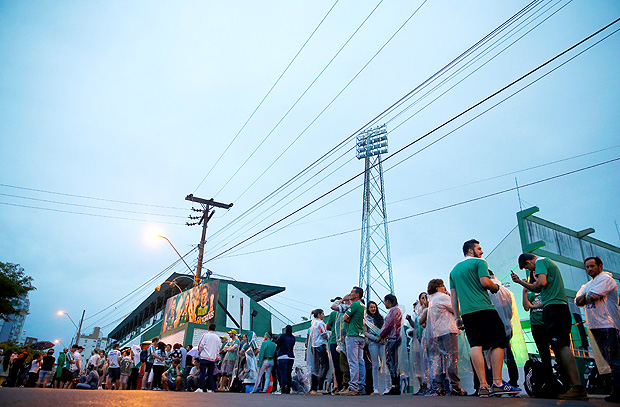 Fans of the Brazilian football team Chapecoense wait in front of the Arena Conda stadium to receive the bodies of the victims who died in an accident of the plane that crashed into the Colombian jungle, in Chapeco, Brazil December 3, 2016. REUTERS/Ricardo Moraes ORG XMIT: BRA101