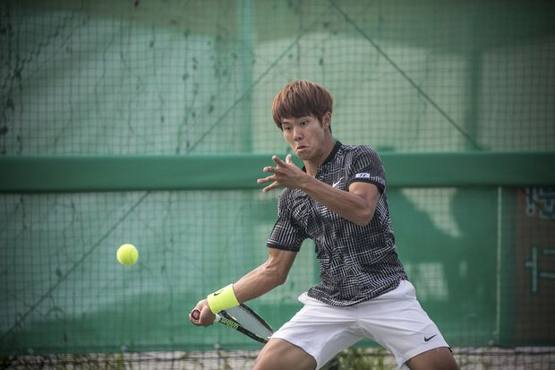 Lee Duck-hee, a professional tennis player who is deaf, plays a match in the National Sports Festival in Asan, South Korea, Oct. 12, 2016. Lee ranks 143rd in the world in a sport in which hearing the ball is considered crucial. (Jean Chung/The New York Times) ORG XMIT: XNYT20 ***DIREITOS RESERVADOS. NÃO PUBLICAR SEM AUTORIZAÇÃO DO DETENTOR DOS DIREITOS AUTORAIS E DE IMAGEM***