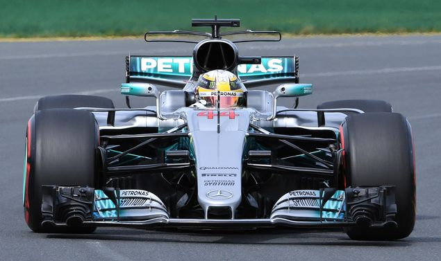 Mercedes' British driver Lewis Hamilton speeds through a corner during the second practice session at the Formula One Australian Grand Prix in Melbourne on March 24, 2017. / AFP PHOTO / WILLIAM WEST / IMAGE RESTRICTED TO EDITORIAL USE - STRICTLY NO COMMERCIAL USE ORG XMIT: WW1871