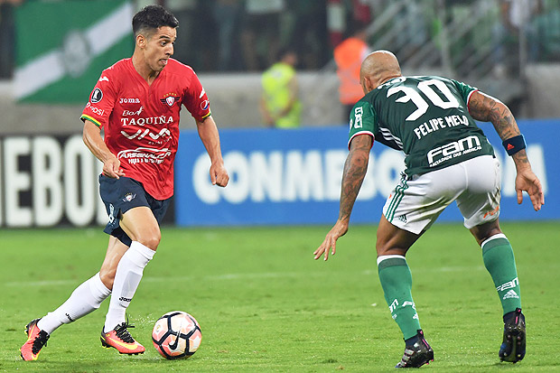 Felipe Melo (R) of Brazil's Palmeiras tries to stop Thomas Santos of Bolivia's Jorge Wilstermann, during their Libertadores Cup football match held at Allianz Parque stadium, in Sao Paulo, Brazil, on March 15, 2017. / AFP PHOTO / NELSON ALMEIDA ORG XMIT: NAL032