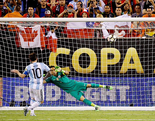Argentina's Lionel Messi misses his shot during penalty kicks in the Copa America Centenario championship soccer match, Sunday, June 26, 2016, in East Rutherford, N.J. Chile defeated Argentina 4-2- in penalty kicks. (AP Photo/Julio Cortez) ORG XMIT: COPA198