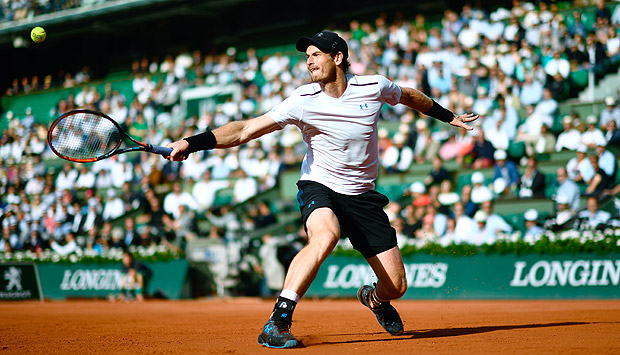 Britain's Andy Murray returns the ball to Japan's Kei Nishikori during their tennis match at the Roland Garros 2017 French Open on June 7, 2017 in Paris. / AFP PHOTO / CHRISTOPHE SIMON