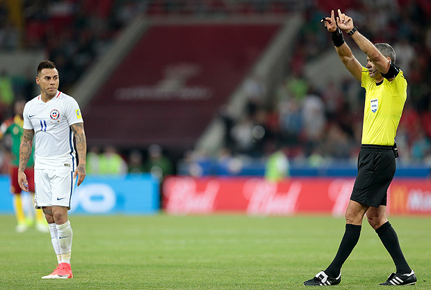 Chile's Eduardo Vargas looks at referee Demir Skomina during the Confederations Cup, Group B soccer match between Cameroon and Chile, at the Spartak Stadium in Moscow, Sunday, June 18, 2017. (AP Photo/Ivan Sekretarev) ORG XMIT: FP259