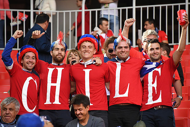 Chile supporters cheer before the 2017 Confederations Cup group B football match between Chile and Australia at the Spartak Stadium in Moscow on June 25, 2017. / AFP PHOTO / Yuri KADOBNOV
