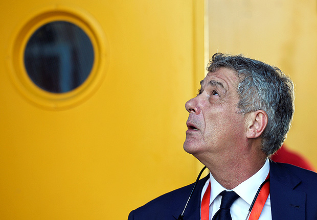 Spain's football federation (RFEF) president Angel Maria Villar looks up as he prepares to walk out through a door before the World Cup 2018 Qualifying match between Spain and Liechtenstein at the Reino de Leon stadium in Leon, Spain, September 5, 2016. Picture taken September 5, 2016. REUTERS/Eloy Alonso ORG XMIT: MAD100