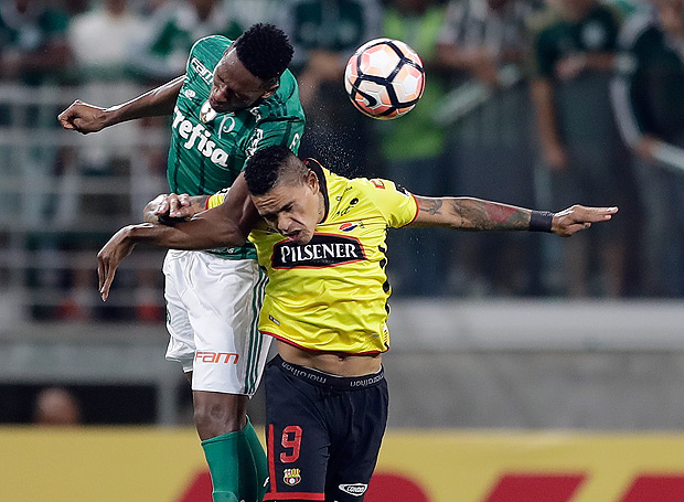 Jonatan Daniel Alvez of Ecuador's Barcelona, right, fights for the ball with Yerry Mina of Brazil's Palmeiras during a Copa Libertadores soccer match in Sao Paulo, Brazil, Wednesday, Aug. 9, 2017. (AP Photo/Andre Penner) ORG XMIT: XAP103