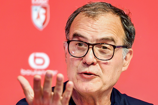 "LOSC Lille's Argentinian head coach Marcelo Bielsa gestures as he speaks during a press conference at the ""Domaine de Luchin"" on August 5, 2017 in Camphin-en-Pevele, northern France on the eve of the French Ligue 1 football match between Lille Losc and Nantes. / AFP PHOTO / PHILIPPE HUGUEN ORG XMIT: 10432"