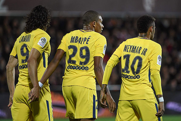 (From L) Paris Saint-Germain's Uruguayan forward Edinson Cavani, Paris Saint-Germain's French forward Kylian Mbappe and Paris Saint-Germain's Brazilian forward Neymar celebrate after Cavani scored the opening goal during the French L1 football match between Metz (FCM) and Paris Saint-Germain (PSG) on September 8, 2017 at the Saint-Symphorien stadium in Longeville-les-Metz, northeastern France. / AFP PHOTO / Patrick HERTZOG