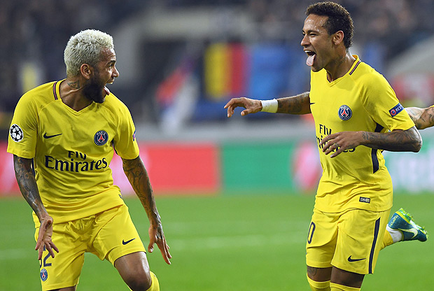 Paris Saint-Germain's Brazilian forward Neymar (R) celebrates scoring a goal with Paris Saint-Germain's Brazilian defender Dani Alves (L) during the UEFA Champions League Group B football match between RSC Anderlecht and Paris Saint-Germain (PSG) at the Constant Vanden Stock Stadium in Brussels on October 18, 2017. / AFP PHOTO / Emmanuel DUNAND
