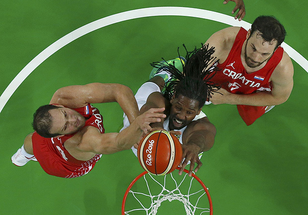 2016 Rio Olympics - Basketball - Preliminary - Men's Preliminary Round Group B Brazil v Croatia - Carioca Arena 1 - Rio de Janeiro, Brazil - 11/08/2016. Nene Hilario (BRA) of Brazil shoots past Bojan Bogdanovic (CRO) of Croatia and Miro Bilan (CRO) of Croatia. REUTERS/Jim Young FOR EDITORIAL USE ONLY. NOT FOR SALE FOR MARKETING OR ADVERTISING CAMPAIGNS. ORG XMIT: MJB07