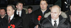 Russian Prime Minister Vladimir Putin (R), Sports, Tourism and Youth Policy Minister Vitaly Mutko (L), and Russia's football supporters association head Alexander Shprygin, walk on December 21, 2010 to lay flowers at the grave of slain Spartak Moscow fan Yegor Sviridov in Moscow. Putin condemned as a tragedy the death of Yegor Sviridov, 28, shot on December 5 in a fight with a group of men from the Russian Caucasus and held a minute of silence in his memory. AFP PHOTO / RIA NOVOSTI / POOL / ALEXEY NIKOLSKY / AFP PHOTO / POOL / Alexey NIKOLSKY ORG XMIT: KAD169 DIREITOS RESERVADOS. NÃO PUBLICAR SEM AUTORIZAÇÃO DO DETENTOR DOS DIREITOS AUTORAIS E DE IMAGEM