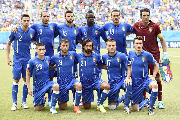 (140624) -- NATAL, June 24, 2014 (Xinhua) -- Italy's players pose for a group photo during a Group D match between Italy and Uruguay of 2014 FIFA World Cup at the Estadio das Dunas Stadium in Natal, Brazil, June 24, 2014. (Xinhua/Lui Siu Wai)