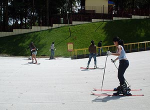 No Ski Mountain Park, em So Roque, o destaque fica para a pista de esqui que que possui aproximadamente 500 metros 