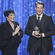 """Actor Paulo Szot, winner of the 2008 Tony Award for Best Performance by a Leading Actor in a Musical for his work in """"South Pacific,"""" stands with Liza Minnelli at the 62nd Annual Tony Awards in New York, June 15, 2008. REUTERS/Gary Hershorn (UNITED STATES)"""