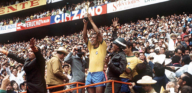 ORG XMIT: 173201_1.tif Futebol - Copa do Mundo, 1970 - Brasil 4 x 1 It�lia: o capit�o da sele��o brasileira, Carlos Alberto Torres, levanta o trof�u Jules Rimet ap�s vencer a It�lia na final da Copa do Mundo de 1970, no est�dio Azteca, na Cidade do M�xico (M�xico). *** World Cup Final 1970, Mexico City, Mexico, 21st June, 1970, Brazil 4 v Italy 1, Brazilian captain Carlos Alberto holds aloft the Jules Rimet World Cup trophy to thousands of fans in the Azteca Stadium after they defeated Italy in the World Cup Final (Photo by Rolls Press/Popperfoto/Getty Images) ***DIREITOS RESERVADOS. N�O PUBLICAR SEM AUTORIZA��O DO DETENTOR DOS DIREITOS AUTORAIS E DE IMAGEM***