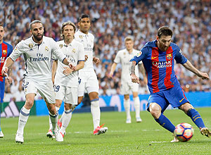 Lance do jogo entre Barcelona e Real Madrid – Francisco Seco/Associated Press