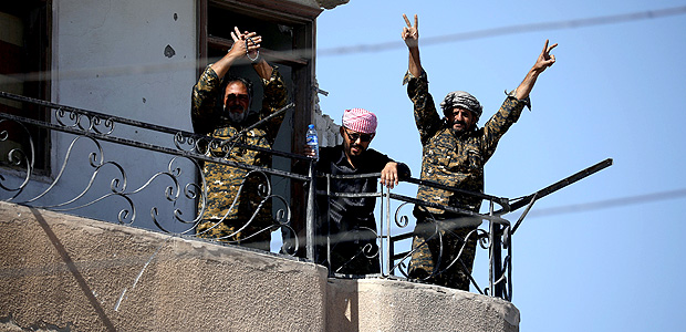 "Fighters of Syrian Democratic Forces gesture the ""V"" sign at the frontline in Raqqa, Syria October 16, 2017. REUTERS/Rodi Said ORG XMIT: GGGEDC101"