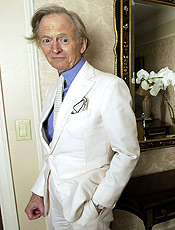 "Texto: O escritor norte-americano Tom Wolfe posa para foto durante entrevista em Nova York, nos EUA. ** ADVANCE FOR SUNDAY, NOV. 7 **Author Tom Wolfe pauses for a photo during an interview at the Stanhope Hotel in New York on Nov. 2, 2004. Wolfe has a new novel, ""I am Charlotte Simmons,"" an account of hedonistic college life. (AP Photo/Jim Cooper)"