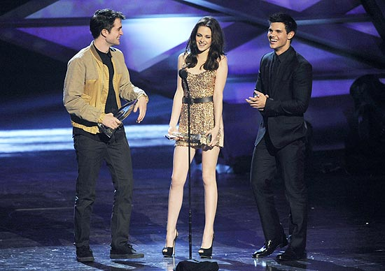Robert Pattinson, Kristen Stewart e Taylor Lautner recebem prêmio de filme do ano no People's Choice Awards