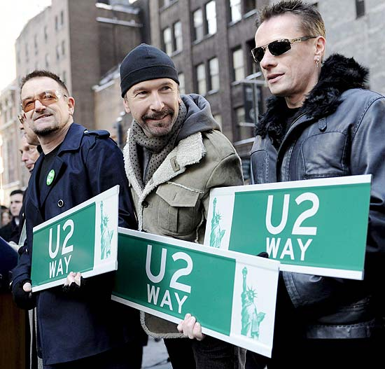 De esq. para dir., Bono, The Edge e Larry Mullen Jr.