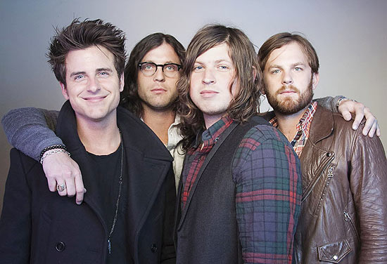 Jared Followill (esq.), Nathan Followill, Matthew Followill e Caleb Followill, da banda Kings of Leon