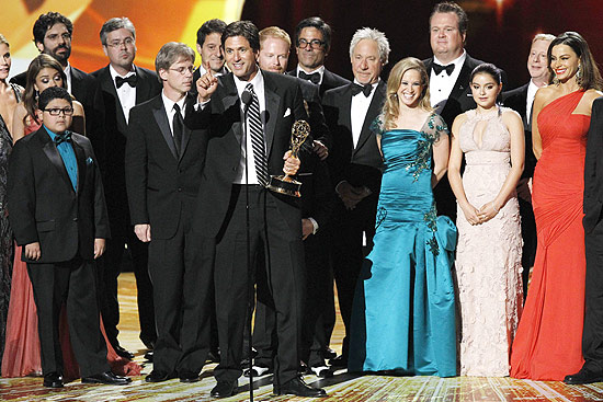 "ORG XMIT: LOA292 Executive producer Steve Levitan accepts the award for outstanding comedy series for ""Modern Family"" as cast and crew look on, at the 63rd Primetime Emmy Awards in Los Angeles September 18, 2011. REUTERS/Mario Anzuoni (UNITED STATES - Tags: ENTERTAINMENT) (EMMYS-SHOW)"