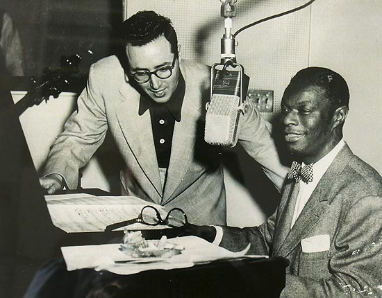 Pete Rugolo (à esq.), ao lado do cantor Nat King Cole