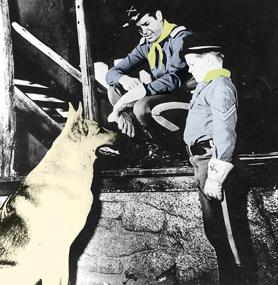 "O cachorro Rin Tin Tin com os atores Lee Aaker e James Brown em cena de ""As Aventuras de Rin Tin Tin"""
