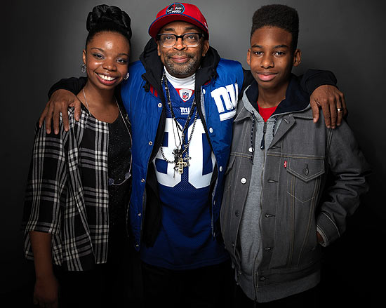 "Diretor Spike Lee posa entre a atriz Toni Lysaith e o ator Jules Brown, protagonistas de ""Red Hook Summer"""