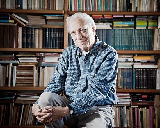O escritor Luiz Alfredo Garcia-Roza em seu apartamento no Rio