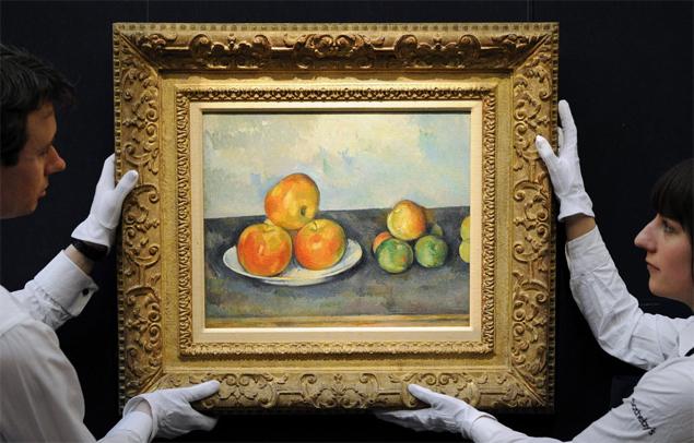 """Funcion�rios da casa de leil�es Sotheby's mostram quadro """"Les Pommes"""", do pintor franc�s Paul C�zanne, arrematado por US$ 41,6 mi"""