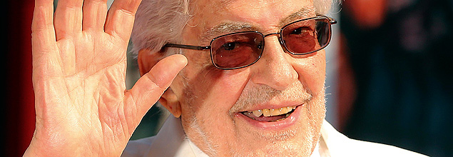"""Italian director Ettore Scola waves as he arrives during a red carpet for the movie """"Che Strano Chiamarsi Federico - Scola racconta Fellini"""" during the 70th Venice Film Festival in Venice September 6, 2013. The movie debuts at the festival. REUTERS/Alessandro Bianchi (ITALY - Tags: ENTERTAINMENT HEADSHOT) ORG XMIT: ASB582"""