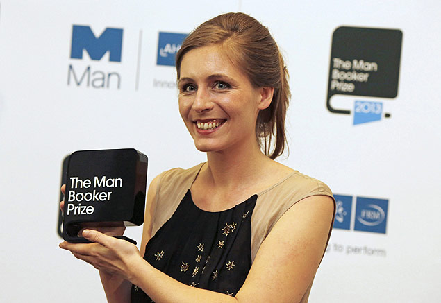 A escritora neozelandesa Eleanor Catton posa com Man Booker Prize, conquistado gra�as ao seu livro, 'The Luminaries
