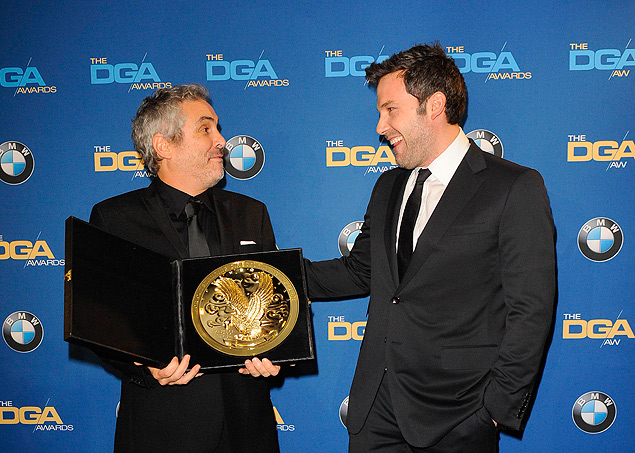 """Actor and director Ben Affleck (R) smiles as he presents Mexican director Alfonso Cuaron with the Feature Film award for """"Gravity"""" during the 66th annual Directors Guild of America Awards in Beverly Hills, California January 25, 2014. REUTERS/Gus Ruelas (UNITED STATES - Tags: ENTERTAINMENT) ORG XMIT: BEV38"""