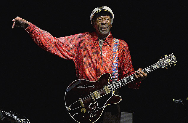(FILES) This photo taken on April 15, 2013 shows US singer and composer Chuck Berry, one of the pioneers of rock-and-roll, at a concert in Montevideo. Rock legend Chuck Berry and opera and theatre director Peter Sellars, both from the US, have won Sweden's Polar Music Prize, organisers said May 8, 2014. AFP PHOTO / Pablo PORCIUNCULA ORG XMIT: PPB108