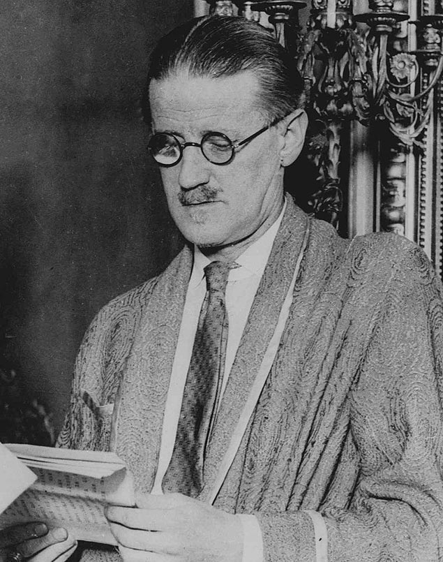 """ORG XMIT: 195301_0.tif Literatura: o escritor irland�s James Joyce (1882 - 1941) J** TO GO WITH STORY TITLED POETS AND PUBS** FILE** Author James Joyce is shown in this undated file photo in Dublin. Joyce, who knew every street in his """"dear, dirty Dublin,"""" would be surprised to find himself, a trifle larger than life, squinting out from under a jaunty fedora and leaning on a gentleman's walking stick, right in the heart of the metropolis. (AP Photo)"""