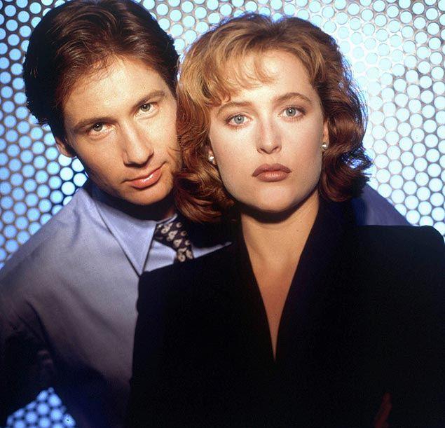 """A atriz Gillian Anderson e o ator David Duchovny em foto divulga��o do seriado """"Arquivo.X"""": Gillian Anderson and David Duchovny of the Fox series """"The X-Files"""" are shown in this 1994 file photo. The show was nominated for an Emmy in the Best Drama category on Thursday, July 23, 1998 in Los Angeles. The awards ceremony will take place Sunday, Sept 13, 1998. [AP Photo/FOX, Michael Grecco]*** N�O UTILIZAR SEM ANTES CHECAR CR�DITO E LEGENDA***"""