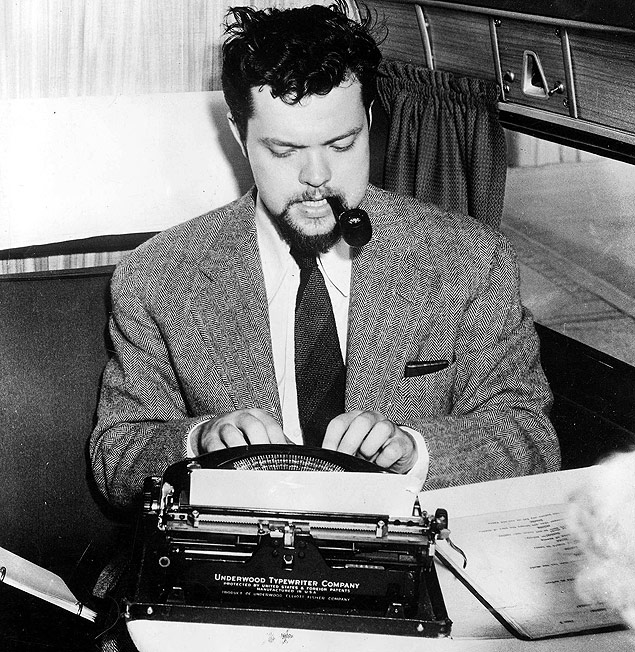 ORG XMIT: 511801_1.tif Cinema: o cineasta e roteirista Orson Welles. *** BAIXADA ARQUIVAR -----T,V, and Films, A picture showing US film director, actor, producer, screenwriter and broadcaster Orson Welles working on his typewriter (Photo by Popperfoto/Getty Images)