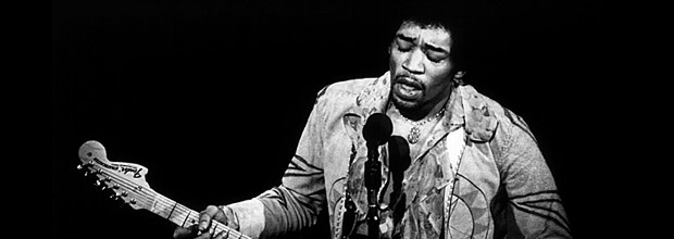 """O guitarrista guitarrista norte-americano Jimi Hendrix. A 4-CD box set of Hendrix music titled """"The Jimi Hendrix Experience"""" will be released September 12, six days before the 30th anniversary of the famed musicians death. This file photo shows Jimi Hendrix performing at the Gillmore East. REUTERS/COPYRIGHT AMALIE R. ROTHSCHILD/THE BETTMANN ARCHIVE"""