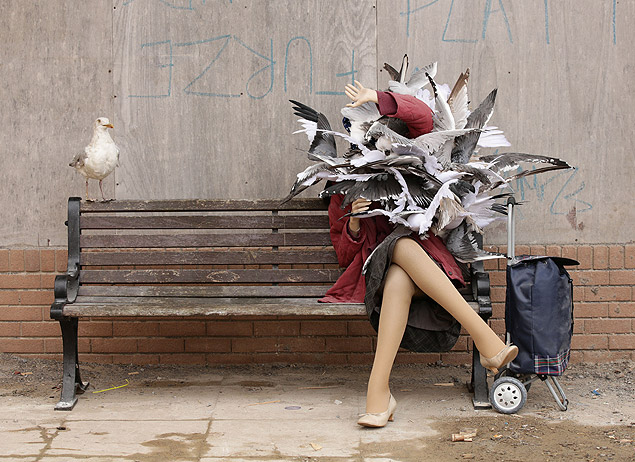 A Banksy piece depicting a woman attacked by seagulls is displayed at Banksy's biggest show to date, entitled 'Dismaland', during a press viewing in Western-super-Mare, Somerset, England, Thursday, Aug. 20, 2015. (Yui Mok/PA Wire via AP) UNITED KINGDOM OUT, NO SALES, NO ARCHIVE ORG XMIT: LON808LEGENDA DO JORNALQUASE DISNEYBanksy inaugura na Inglaterra parque temático subversivo com 58 obras de arte