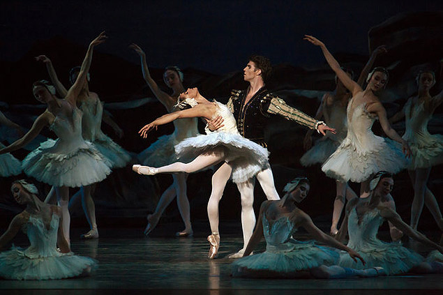 """Misty Copeland and James Whiteside in """"Swan Lake."""" Credit Julieta Cervantes for The New York Times - suplemento nyt - http://www.nytimes.com/2015/07/01/arts/dance/misty-copeland-is-promoted-to-principal-dancer-at-american-ballet-theater.html"""