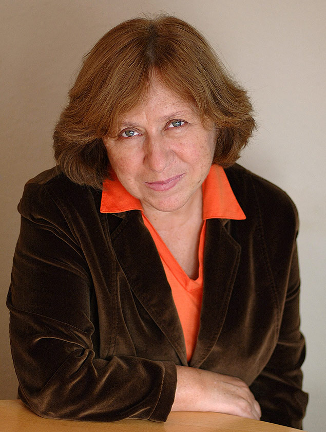 (FILES) A file picture taken in 2009 shows Belarus writer Svetlana Alexievich as she poses in Minsk. The winner of the Nobel Literature Prize will be announced on October 10, the Swedish Academy said today. Experts in Stockholm's literary circles suggested Belarussian writer Svetlana Alexievich or Algerian novelist Assia Djebar. AFP PHOTO / MARGARITA KABAKOVA ORG XMIT: KAD024