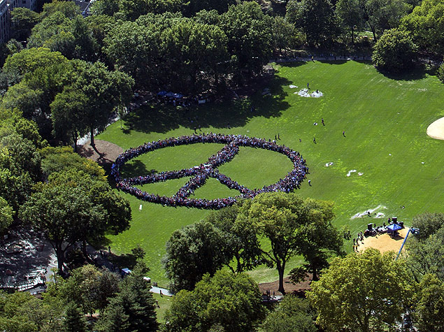 """This handout photo provided by FlyNYON shows Yoko Ono and the John Lennon Educational Tour Bus brought out thousands of people to come together and create a human peace sign in Central Park in New York on October 6, 2015. AFP PHOTO / HO/FlyNYON = RESTRICTED TO EDITORIAL USE - MANDATORY CREDIT """"AFP PHOTO / HANDOUT / FlyNYON"""" - NO MARKETING NO ADVERTISING CAMPAIGNS - DISTRIBUTED AS A SERVICE TO CLIENTS = ORG XMIT: TC012"""