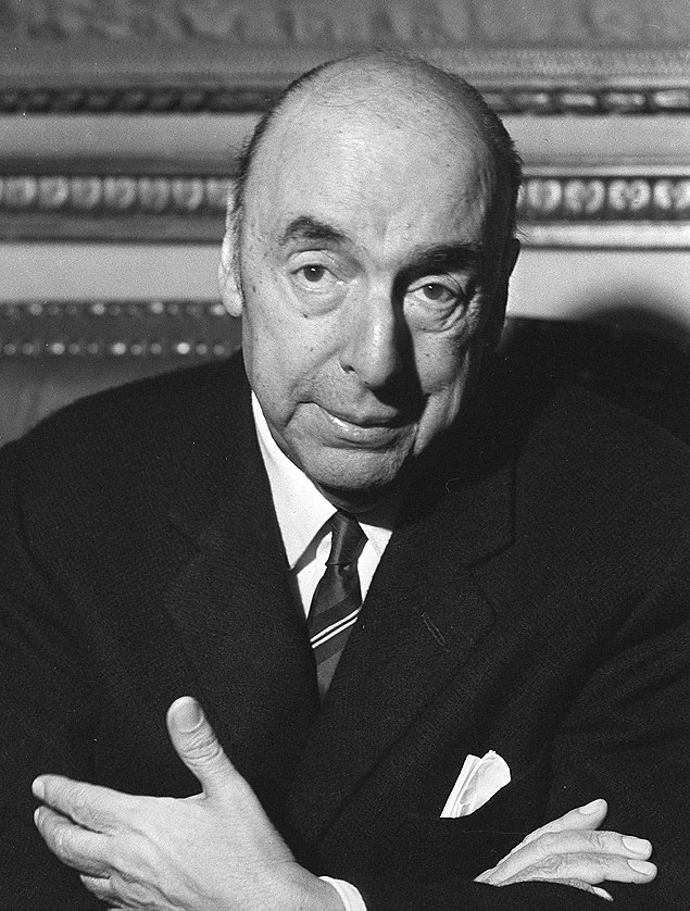 Picture dated 21 October 1971 of Chilean writer, poet and diplomat Pablo Neruda, then ambassador in France, answering journalists' questions at the embassy in Paris after being awarded the 1971 Nobel Literature Prize. AFP PHOTO ORG XMIT: IMF11