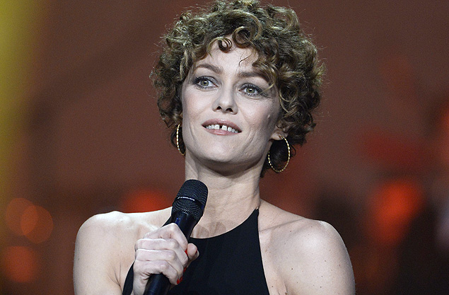 French singer Vanessa Paradis delivers a speech after receiving the women's artist of the year award during the 29th Victoires de la Musique, the annual French music awards ceremony, on February 14, 2014 at the Zenith concert hall in Paris. AFP PHOTO / BERTRAND GUAY ORG XMIT: 300
