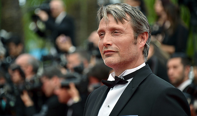 """(FILES) This file photo taken on May 24, 2015 shows Danish actor Mads Mikkelsen posing as he arrives for the closing ceremony of the 68th Cannes Film Festival in Cannes, southeastern France. France on April 27, 2016 honoured Bond villain Mads Mikkelsen with a top civilian award, paying tribute to him as a """"fascinating"""" actor whose """"face tells it all"""". / AFP PHOTO / BERTRAND LANGLOIS ORG XMIT: TLR4495"""