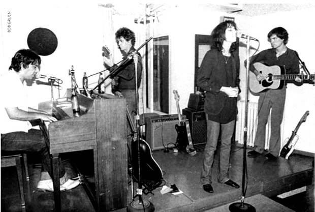 John Cale, Lou Reed, Patti Smith e David Byrne no palco do Ocean Club em 1976