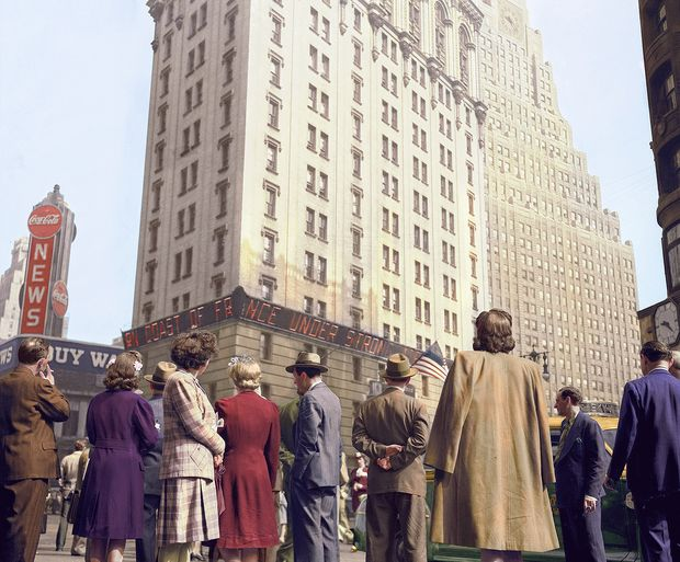 New York. June 6, 1944. Times Square and vicinity on D-day. Photo by Howard Hollem, Edward Meyer or MacLaugharie, 1944 June 6. Foto original colorizada pela brasileira Marina Amaral.